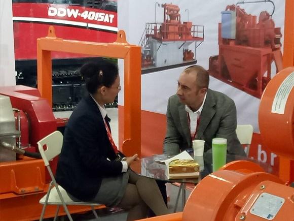 正道能源国际部总监Alcie女士代表正道能源公司向Enrico Boi主席详细介绍了正道能源公司和产品经营以及本次展会基本情况情况